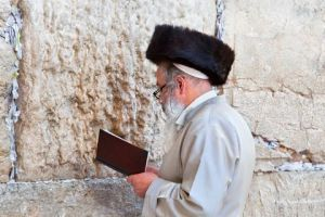 480-Streimel-Wearing-Jew-Praying-at-Kotel