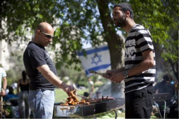 Israeli family doing barbecue during the celebration of the 64's Independence Day of Israel, at the Sacher Park in Jerusalem . April 26 2012. Photo by Yonatan Sindel/Flash90.