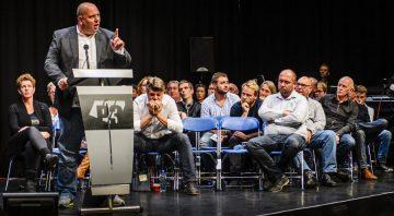 2015-10-06 21:04:38 PURMEREND - Bewoners van Purmerend tijdens een bijeenkomst van de gemeenteraad over de mogelijke opvang van vluchtelingen. ANP REMKO DE WAAL