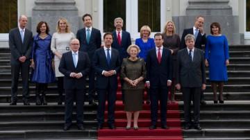 DEN HAAG - Het nieuwe kabinet-Rutte II (vlnr achterste rij) Stef Blok (minister van Wonen en Rijksdienst), Edith Schippers (minister van Volksgezondheid), Melanie Schultz-Van Hagen (minister van Verkeer), Jeroen Dijsselbloem (minister van Financien), Ronald Plasterk (minister van Binnenlandse Zaken), Jet Bussemaker (minister van Onderwijs), Jeanine Hennis-Plasschaert (minister van Defensie), Henk Kamp (minister van Economische Zaken), Lilianne Ploumen (minister Buitenlandse Handel en Ontwikkelingssamenwerking) (vlnr voorste rij) Frans Timmermans (minister Buitenlandse Zaken), minister-president Mark Rutte, koningin Beatrix, Lodewijk Asscher (vicepremier en minister van Sociale Zaken) en Ivo Opstelten (minister van Justitie) op het bordes van Huis ten Bosch. ANP JERRY LAMPEN